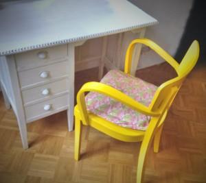 gelber Schreibtisch-Stuhl