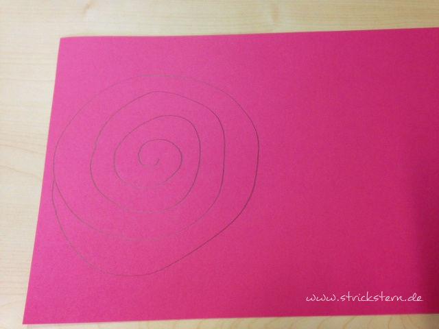 Spirale auf buntes Papier zeichnen